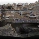 Ricostruzione digitale dell'area di scavo, con il portico e il carro - Ansa